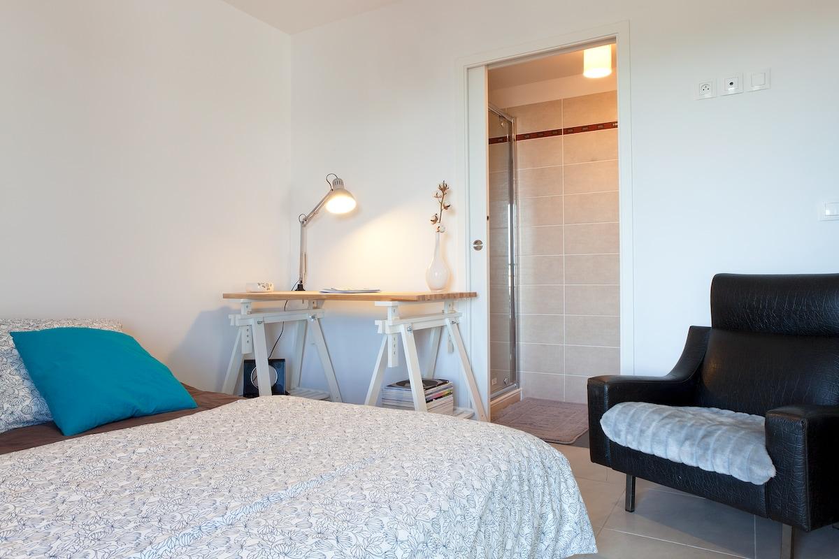 Votre chambre avec sa salle de bain privée attenante !