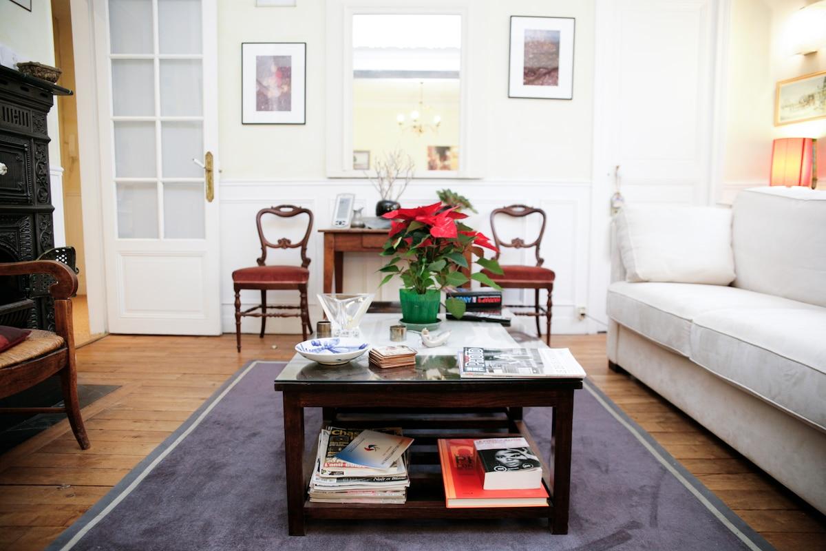 Cosy quiet room in central Paris