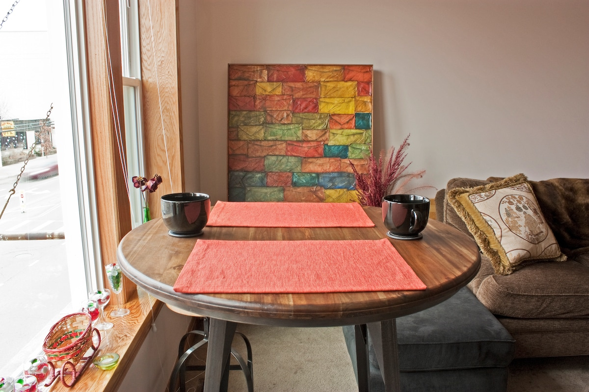 Have your meals, check emails and study your maps by the dining room window and check out Chicago Avenue.