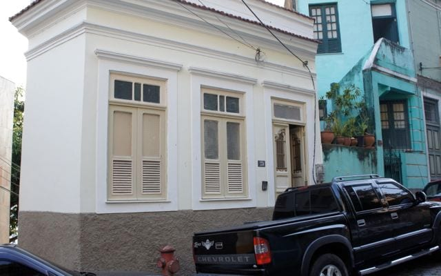 The front of the house on Rua Barao de Guaratiba, with the front door on the right.