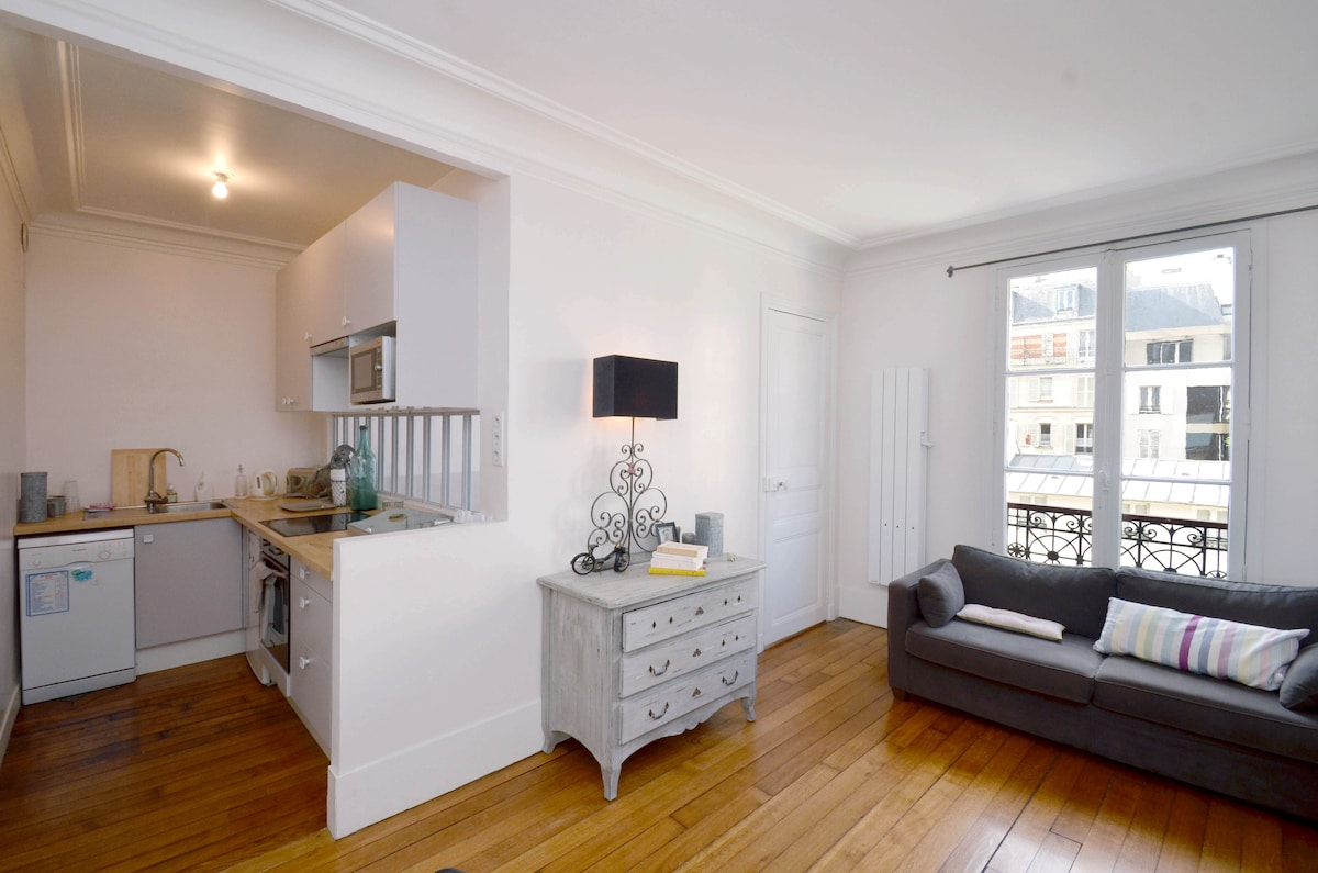 Bright living room and open kitchen, fully equipped