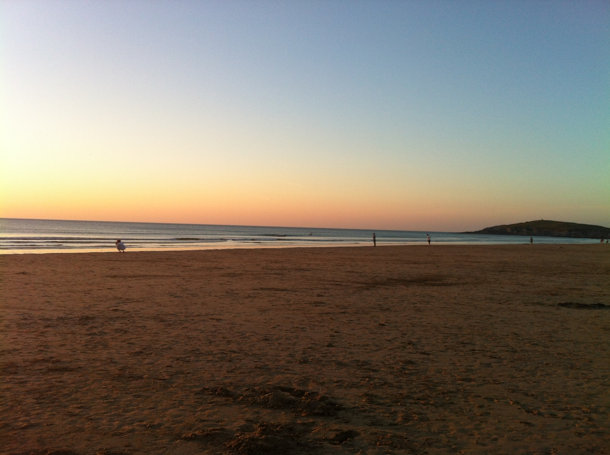 Sunset on Fistral beach, only 10 minutes from the house ( Resturants and Bars on the beach)