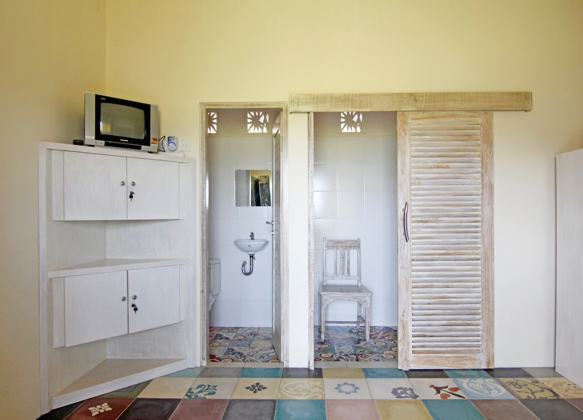 separate toilet from shower.  sudas tiles. quality toilet and shower. plenty of room in shower.