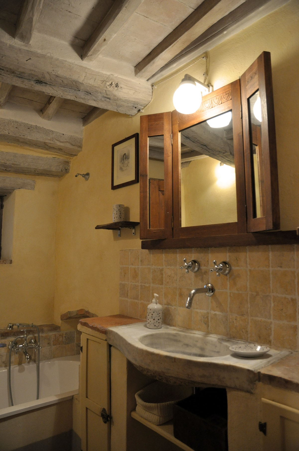 Bagno con vasca/ Bathroom with tub