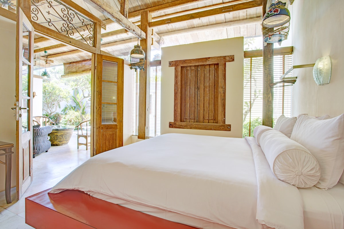2 bedroom villa with antique timber frame lovingly restored with many unique features.