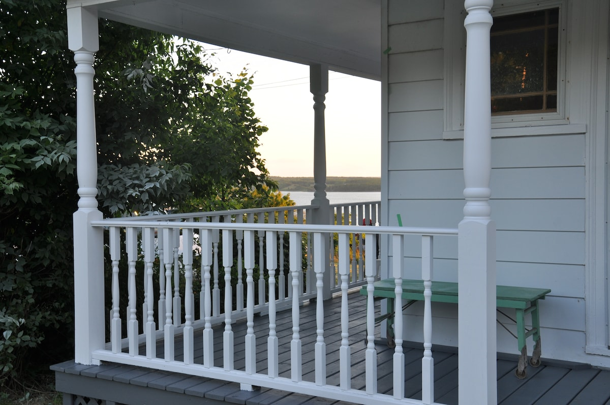 Front Porch, great for a glass of wine in the evening