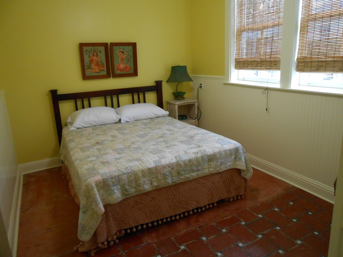 Comfy yellow bedroom with queen-sized bed; fabulous.