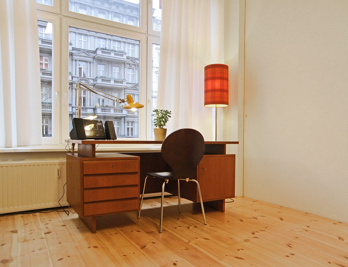 The spacious and sunny room is remarkably well-insulated and allows for both working and relaxing.