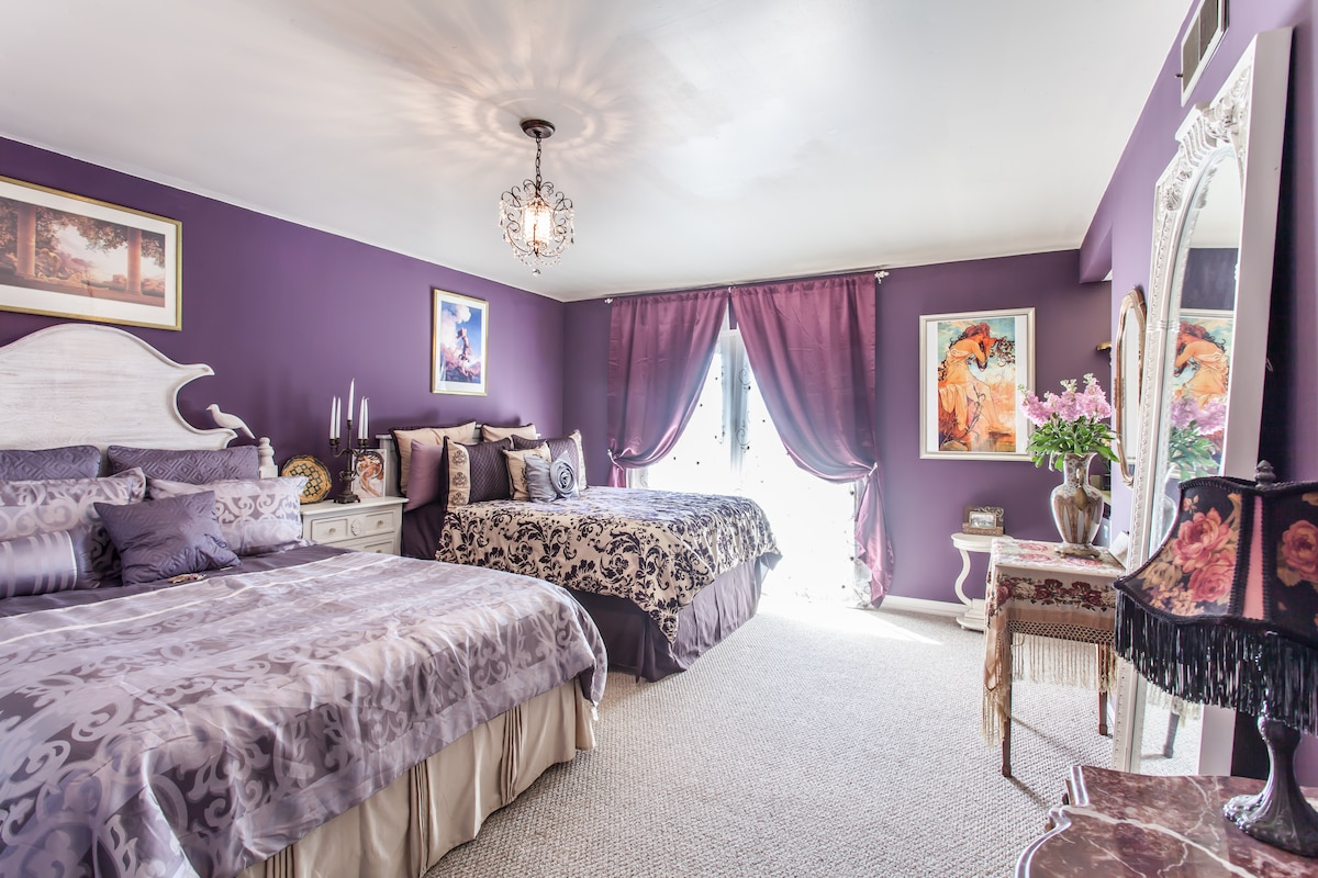 Two queen beds, wet bar, frig, TV and private entrance and patio just for you!