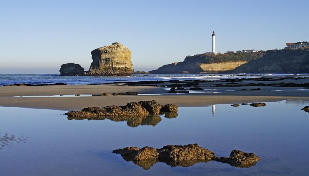 La vue sur le phare depuis la plage du Miramar