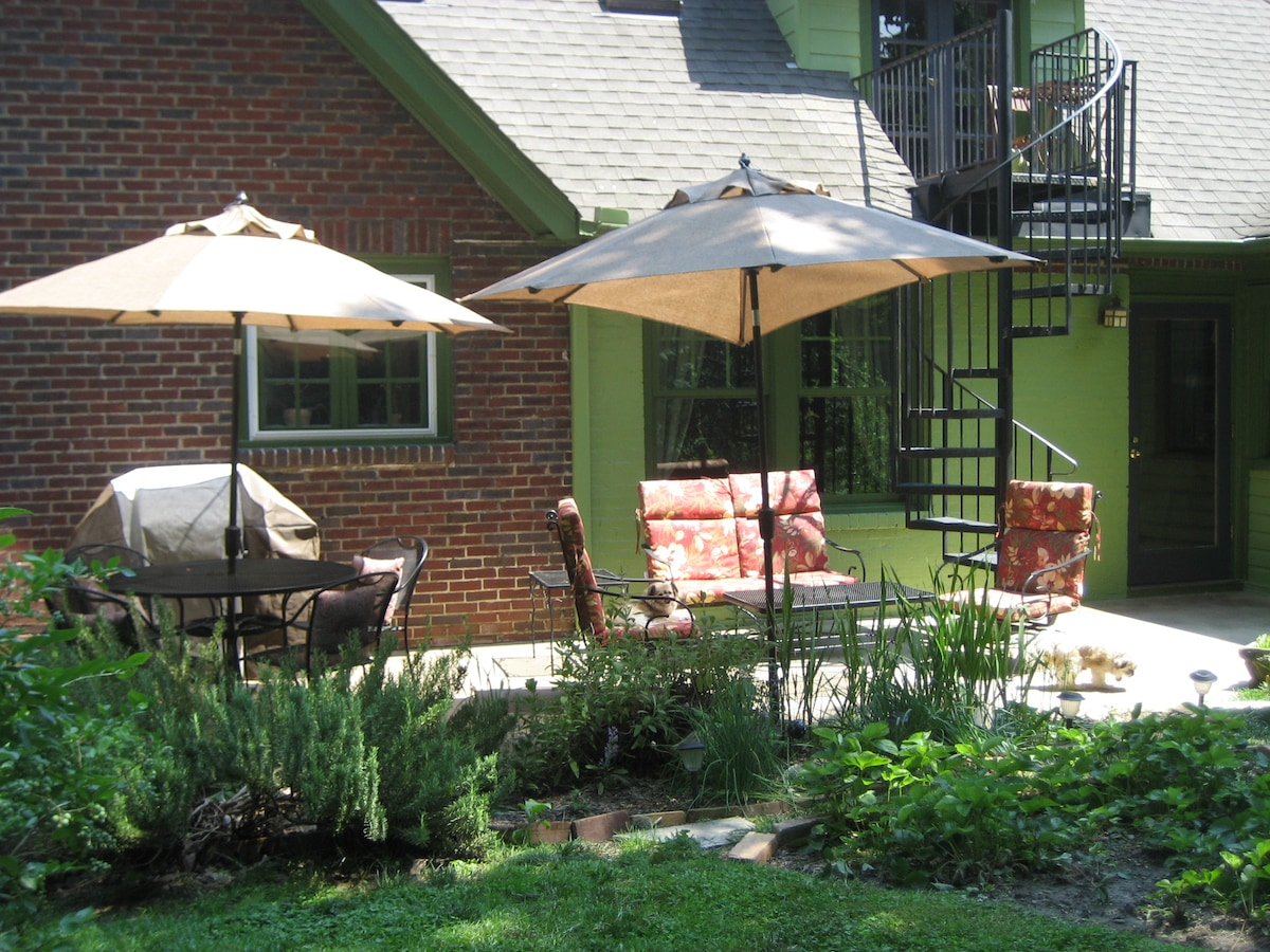 Patio off side Kitchen Door. Gas grill & seating for 4