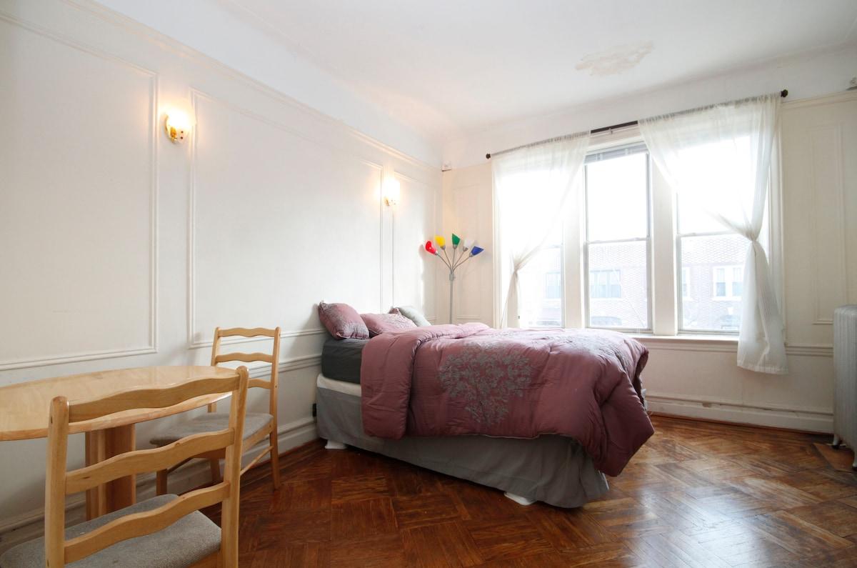 Large bedroom/Heart of Brooklyn