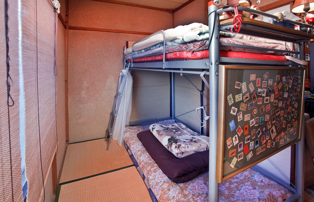 A bunk bed tatami for one or two people.