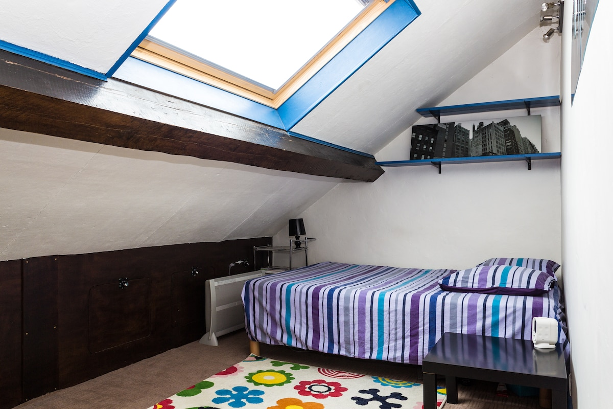 Bedroom with queen size bed - Chambre avec lit 2 personnes
