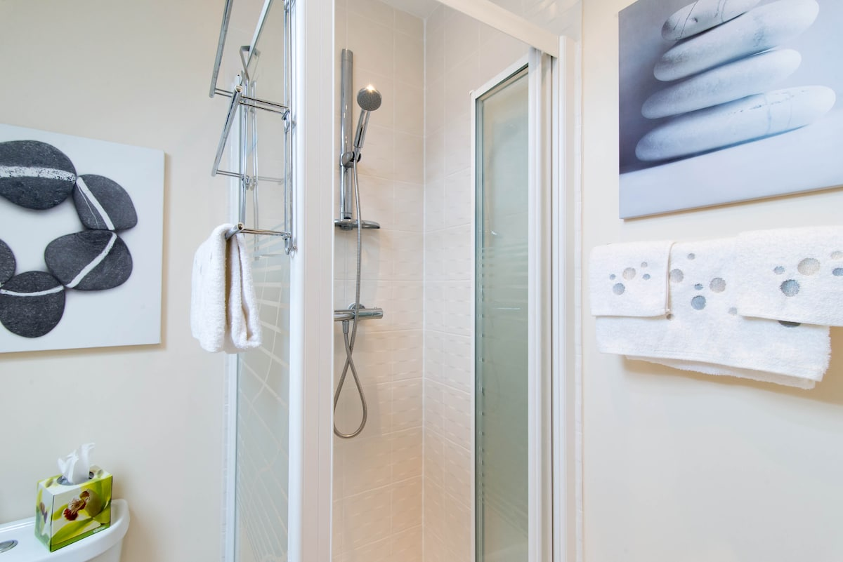 Double room ensuite w/ shower