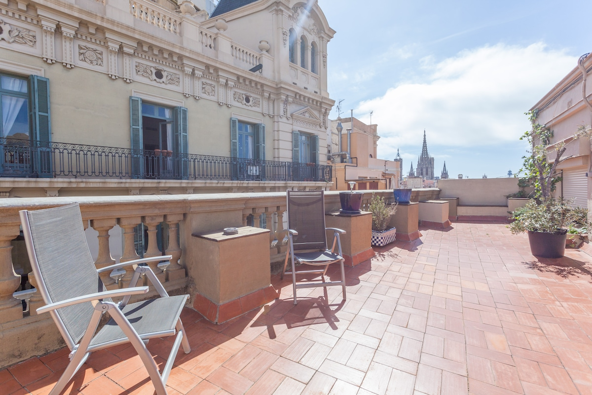 Large & sunny terrace overlooking the Cathedral of Barcelona