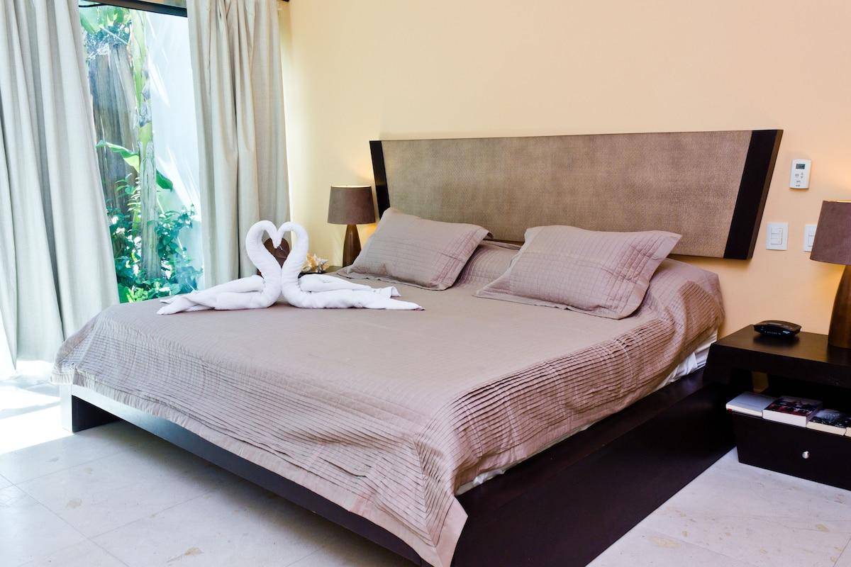 Luxury condo, huge Pool, Gym, 2 bed
