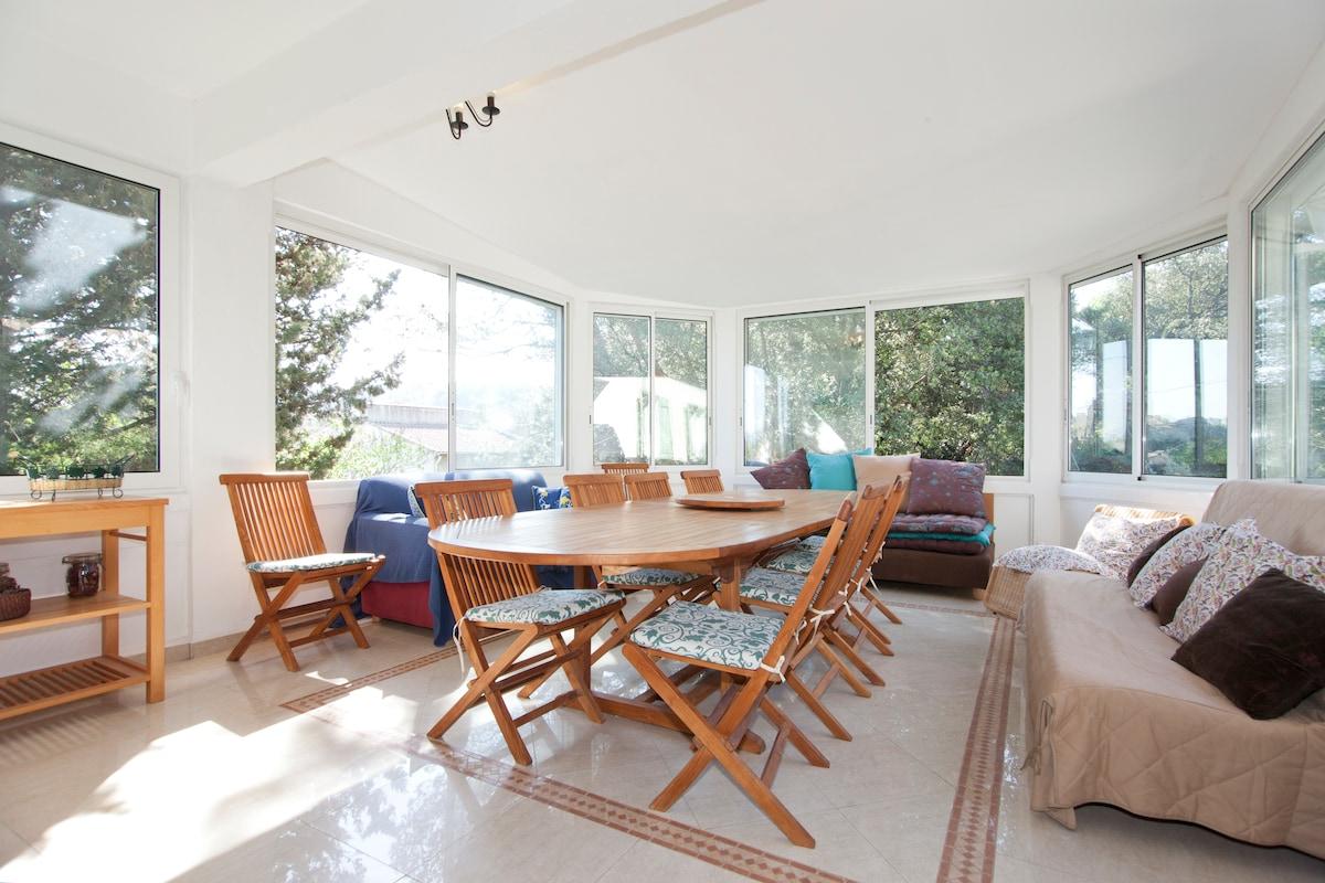 Dining room with garden views / Salle à manger avec vue sur le jardin