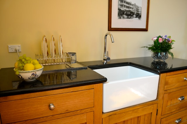 Fully equipped kitchen, granite bench-top & new butler sink