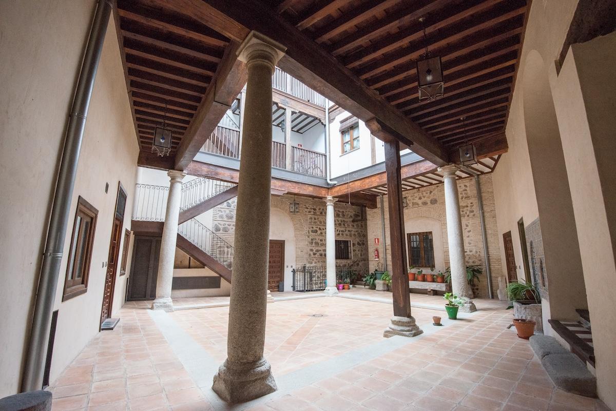 PATIO TÍPICO TOLEDANO CON ACCESO DIRECTO AL APARTAMENTO (puerta izquierda)