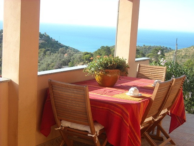 Terrazza vista mare per cominciare bene la giornata. Breakfast on terrace to start your relax day