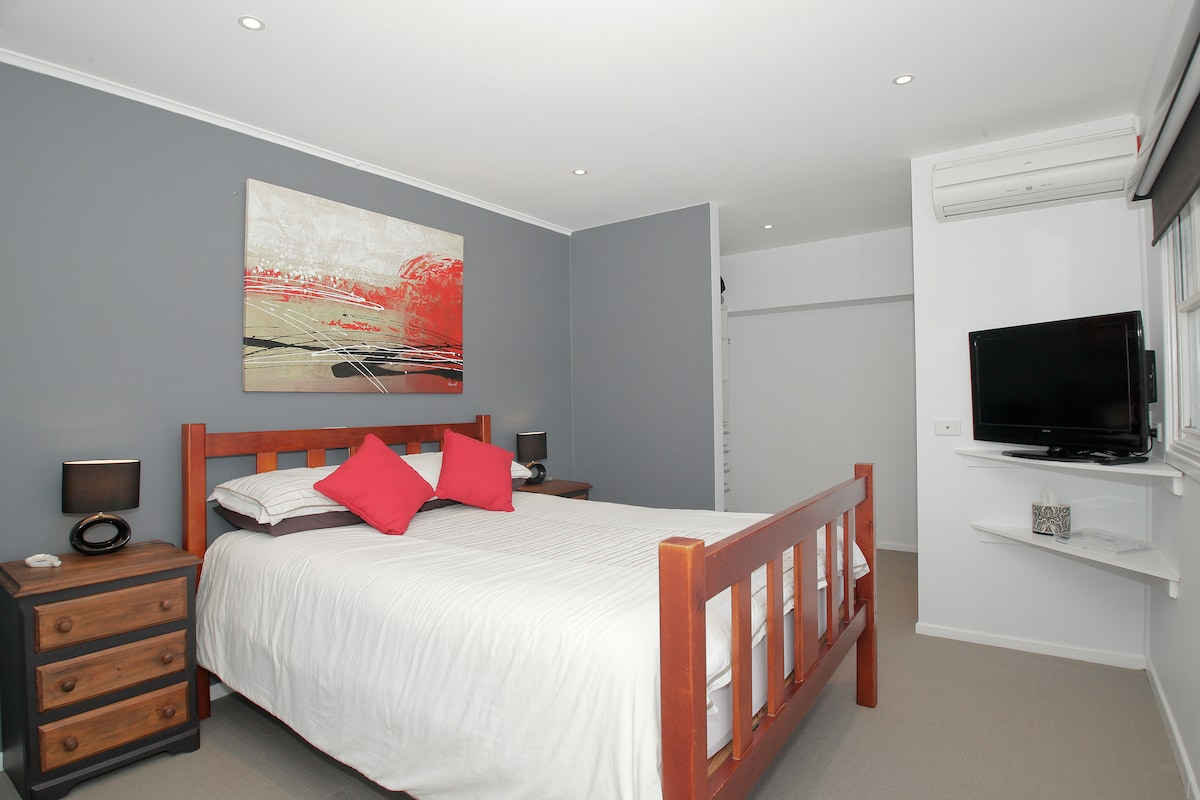 Your very comfortable Queen bed accommodation. Fresh linen, towels and tea and coffee facilities. Has reverse cycle air conditioning, en suite with shower, basin and toilet, large desk, chair and walk in robe.