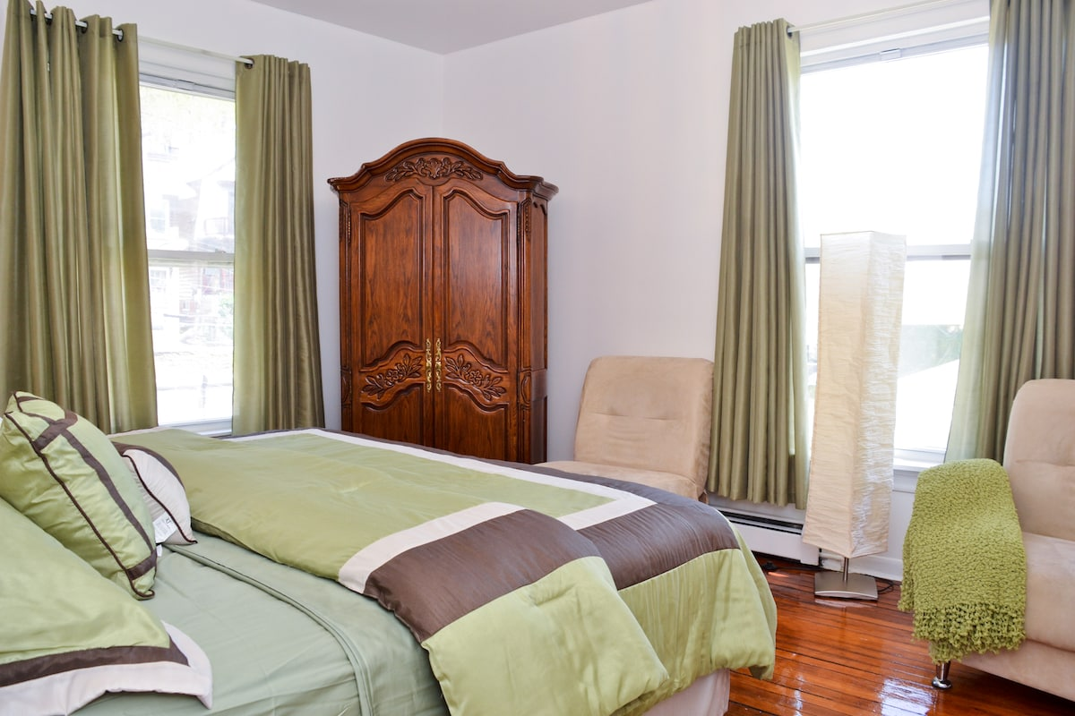 Master Bedroom #1 With a King Size Bed in a Well Decorated room. Linens & blanket provided