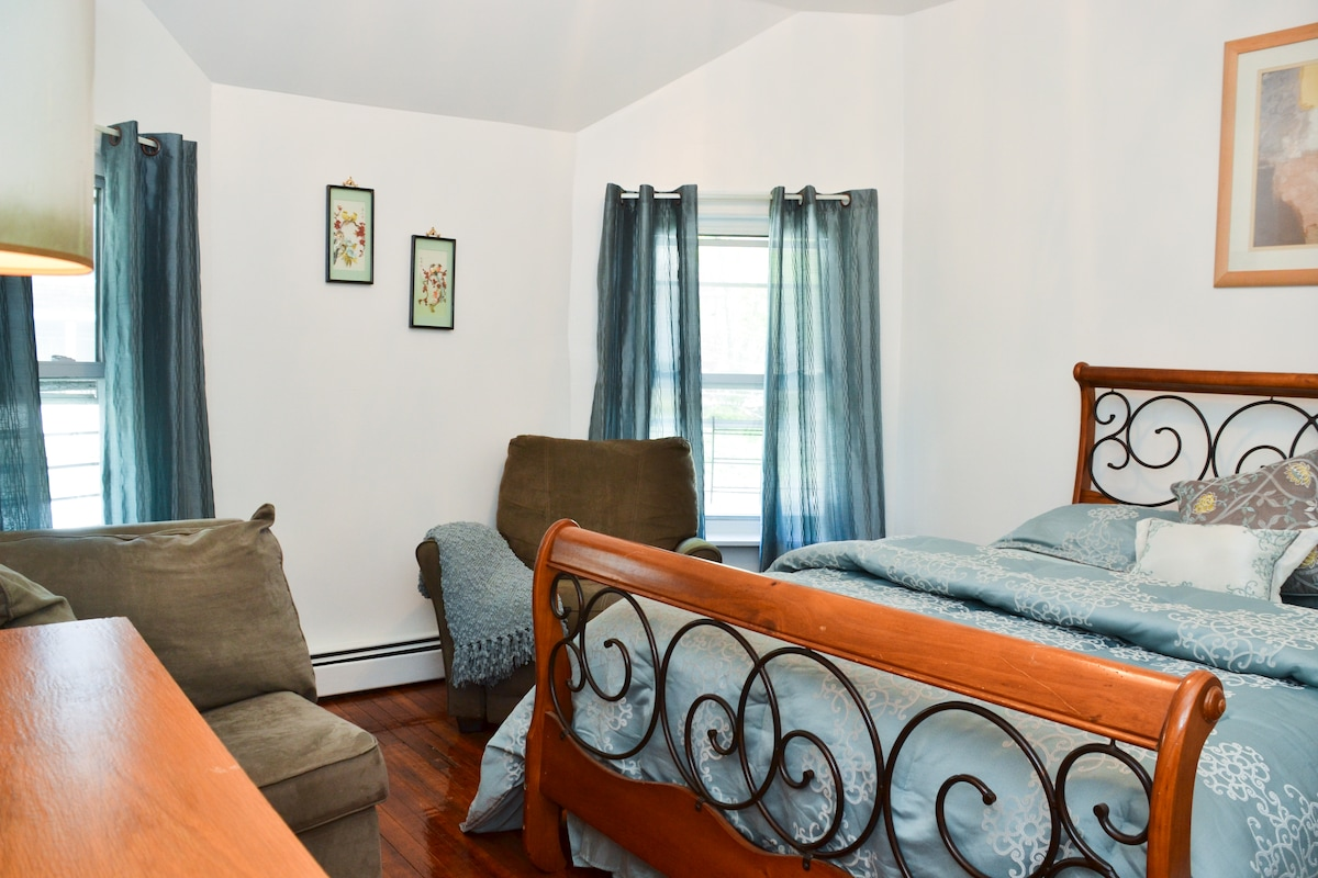 Queen Size Bed in  2nd Bedroom also a Well Decorated room Linens & Blankets provided