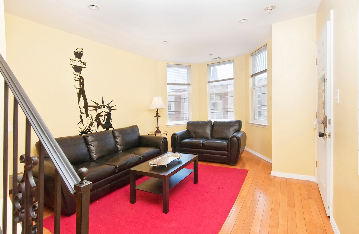 Large 2 level private apartment, 15 min by bus to Times Square