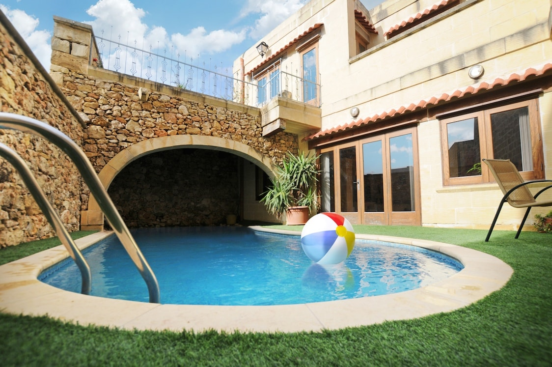 2 Bedrooms, Jacuzzi & Pool.. nice!