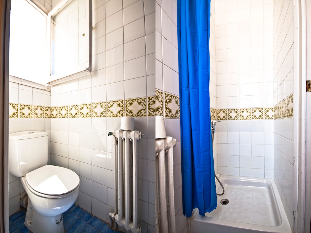 The shower room, directly en-suite to the small bedroom.
