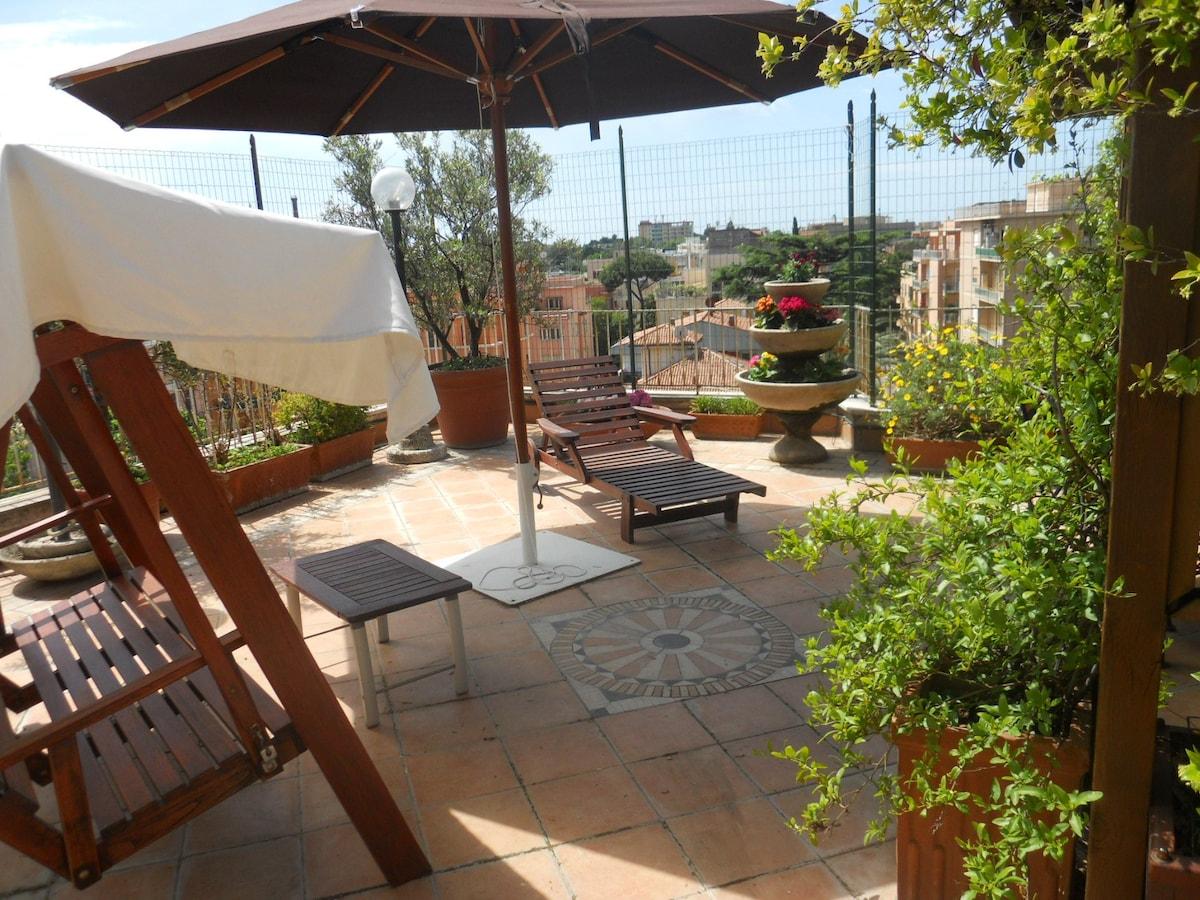 La grande terrazza, arredata con ombrellone, dondolo e sdraio permette di rilassarsi
