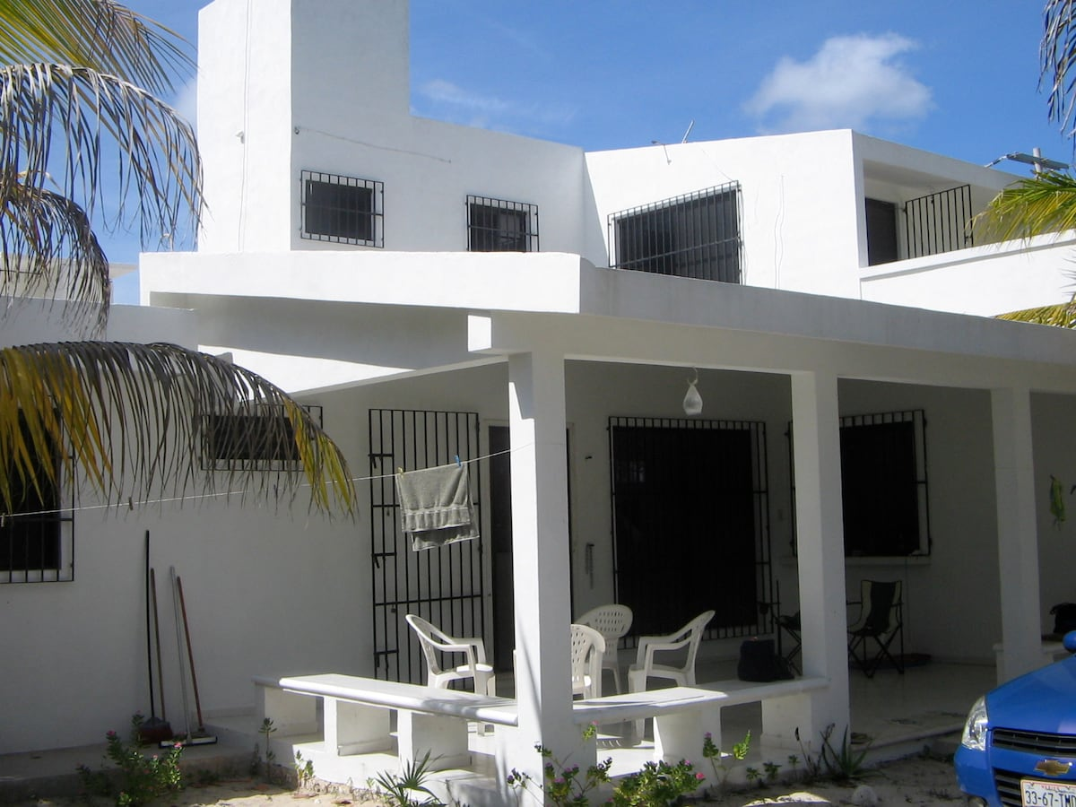 White house 2 mins from the beach!
