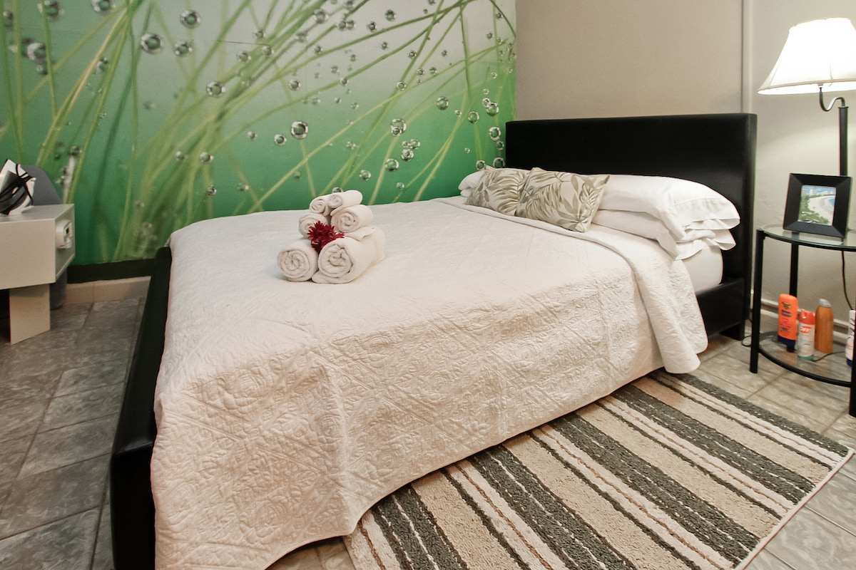 Comfortable queen bed, high count cotton sheets, and the fluffy type towels that are nice to dry off with.