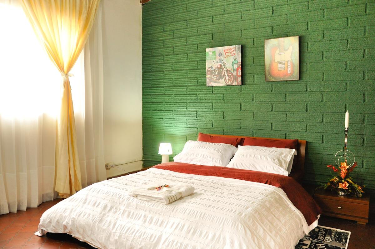 Confortable habitacion #1, cama doble, tv, wifi, ventilado.
