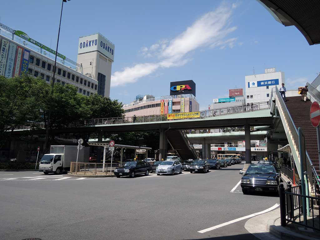 Fujisawa Bus/Taxi terminal is front of Fujisawa station. Local bus and Haneda airport limousine bus starts here.