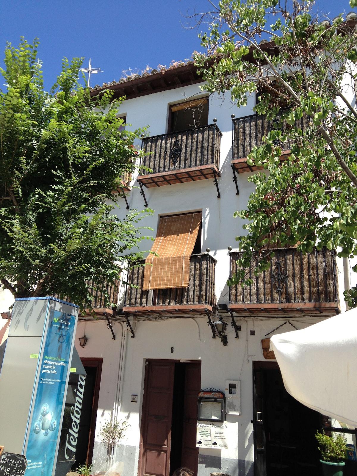 Un primer plano de los tres balcones de la casa