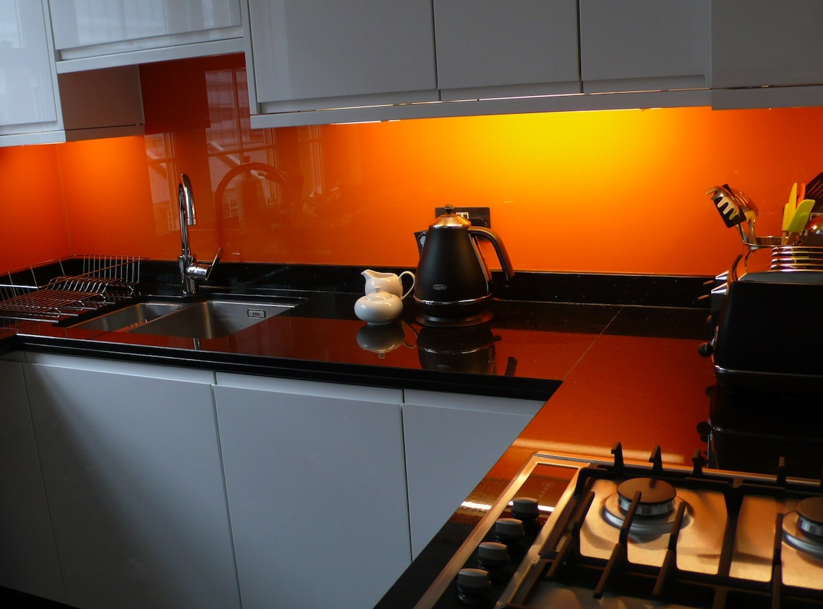 Fully equipped kitchen with granite worktop