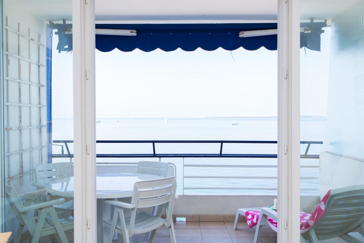 Terrasse avec table et chaise , chaise-long