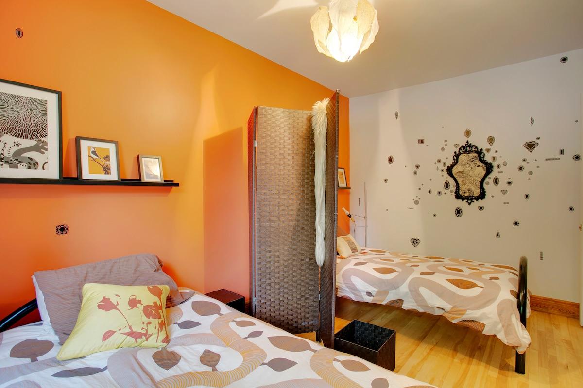 Your room! Contains two twin beds which can comfortably accomodate a couple when side by side.  /// Votre chambre ! Contient deux lits jumeaux qui peuvent être jumelés pour faire un lit très confortable pour un couple..