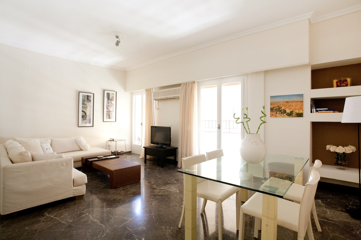 Welcome to a cosy and modern apartment in the centre of Athens, just 10 min. walk to Acropolis monument and the New Acropolis Museum, as well as Benaki Museum, Gkazi funky area, Plaka & Monastiraki touristic areas.