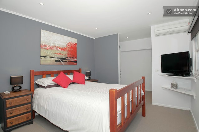 Queen bed  room with entrance to your bathroom. Also hosts the single bed.