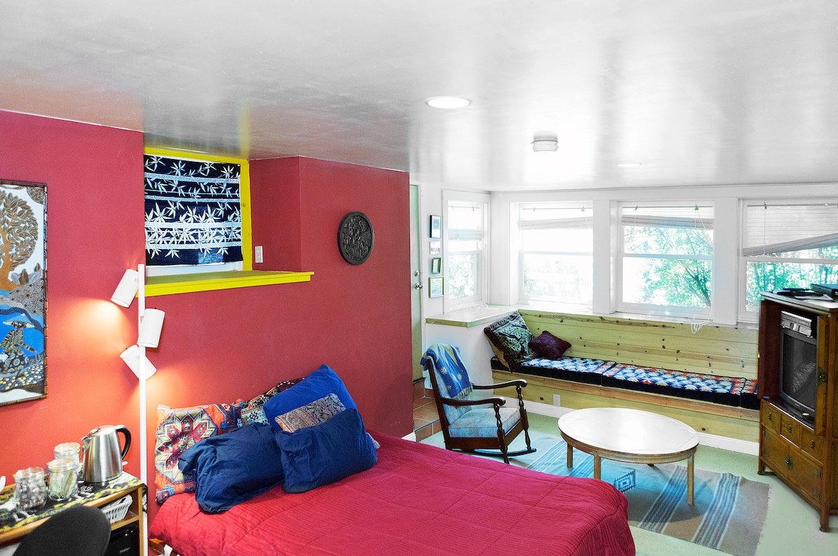 Large, private garden room (240 sq. ft/21 sq.meters) includes queen bed, window seat, tv and private bathroom.