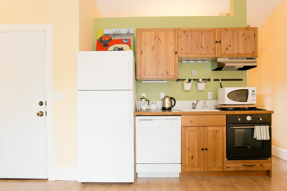 Kitchenette with hot pot, microwave and fridge. (Sorry, no oven or stove)