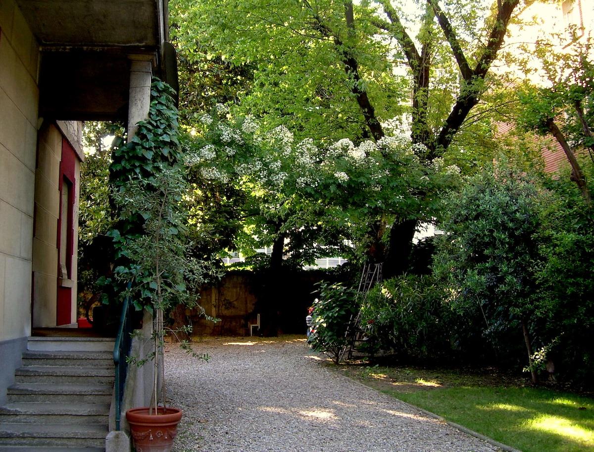 Entrance, the garden