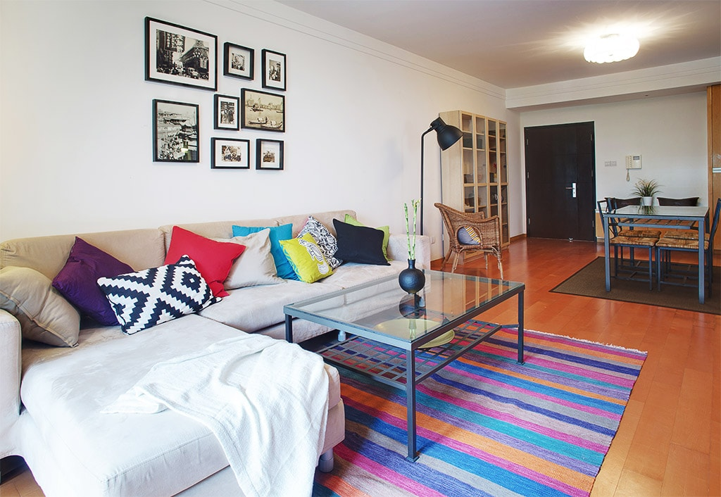 Vibrant living area with entertainment system, dining room and WIFI.