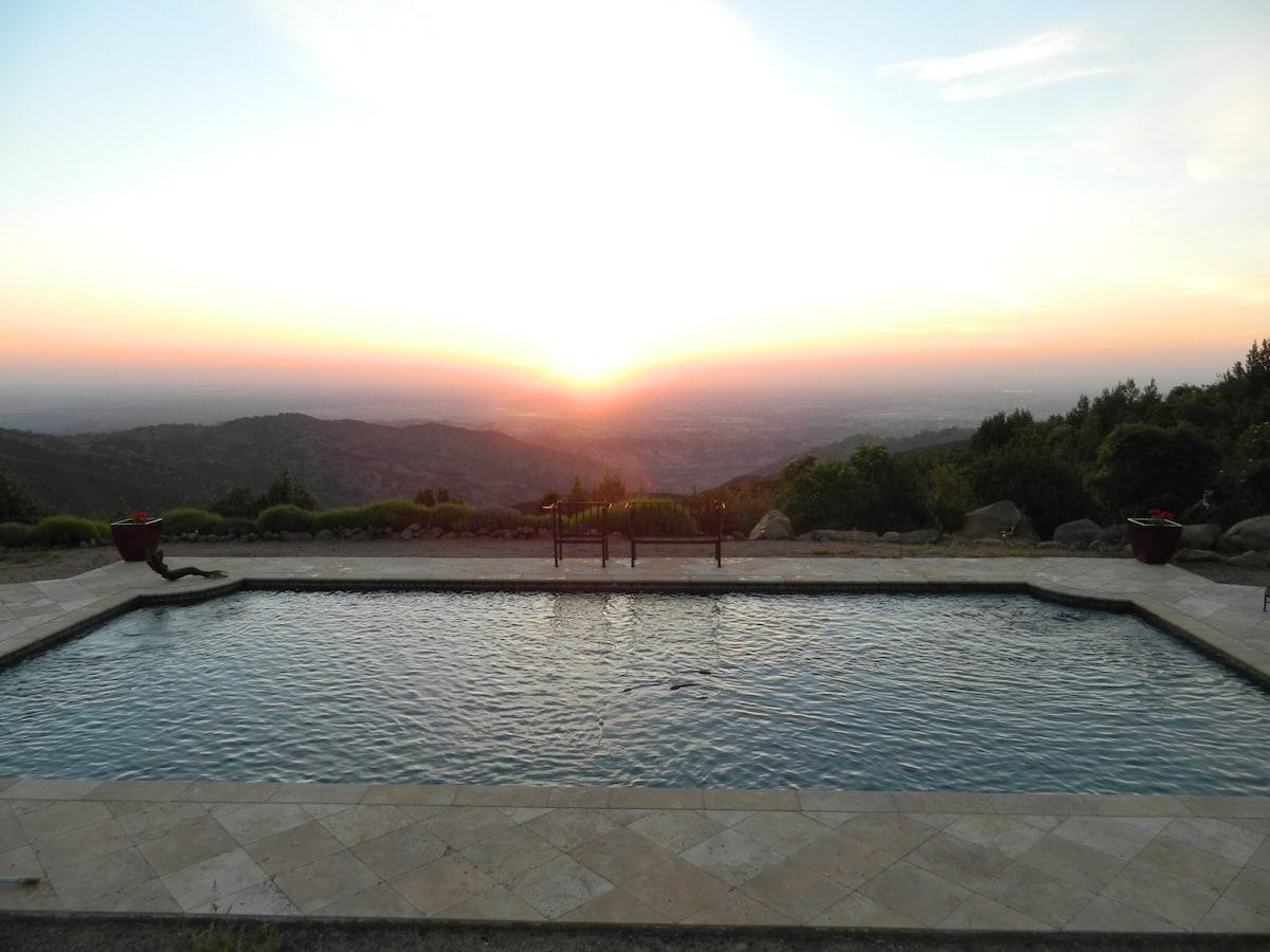 Mountain top vineyard getaway with privacy, memorable sunrises and views