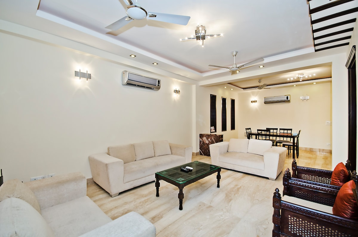 Living Room With Seating for 10 People and Lcd Tv