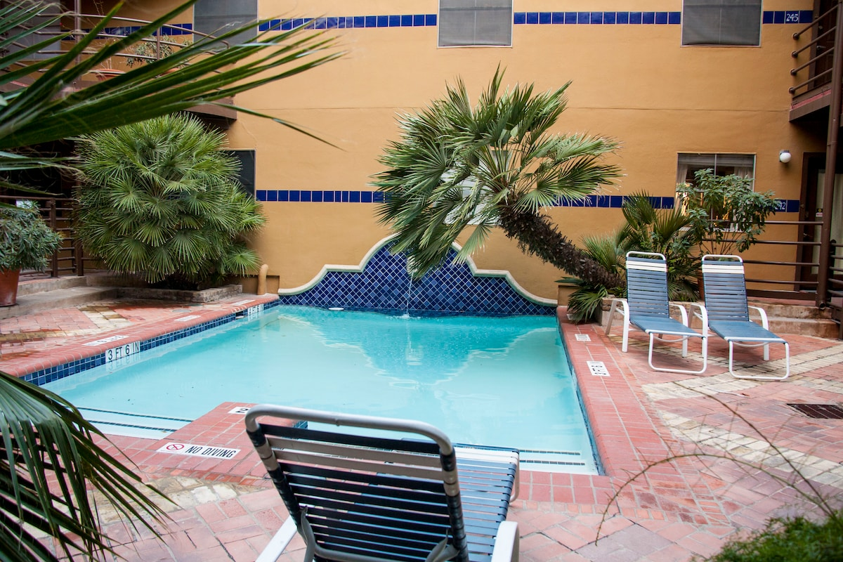 Downtown Poolside Getaway On 4th St