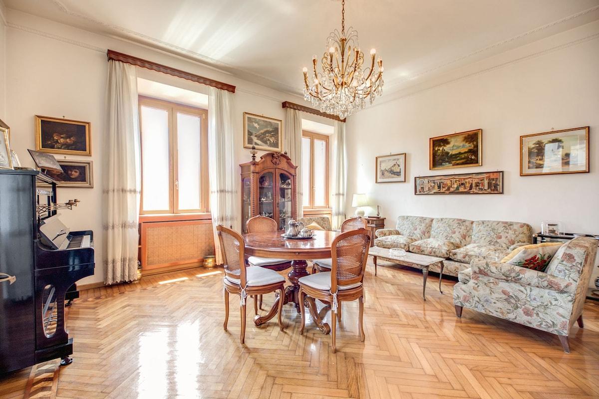 Living room+piano+big sofà+'900 century table
